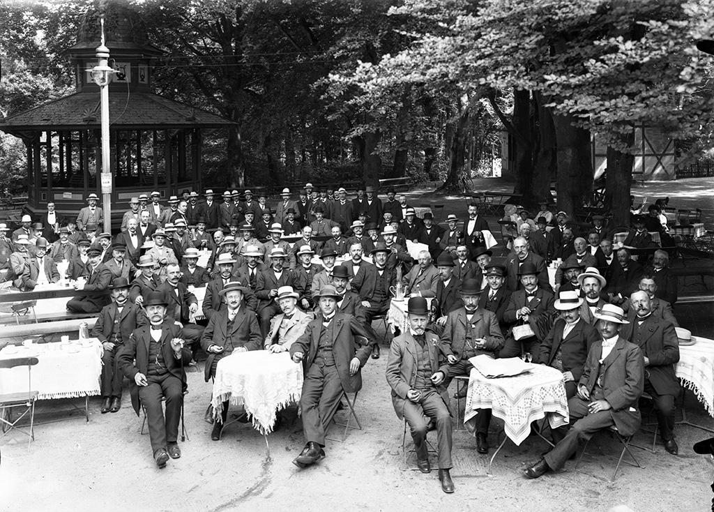Udflugt til Skovpavillonen i Fruens Bøge med Dæhnfeldts Avlerforening stiftet i 1911 (Odense Bys Museer).