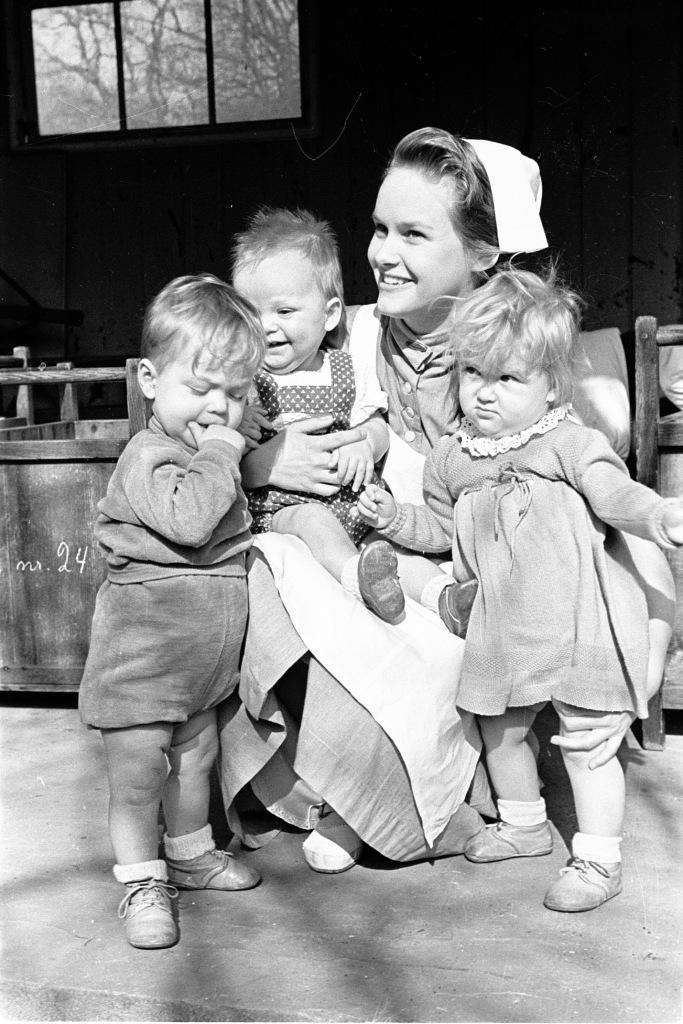 Barneplejeelev med børn på Mariahjemmet i 1953