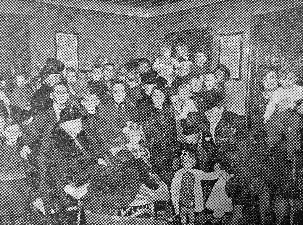 Kø hos praktiserende læge, da alle skolebørn i 1941 kunne få en gratis vaccination mod difteritis (Fyens Stiftstidendes den 9. december 1942).