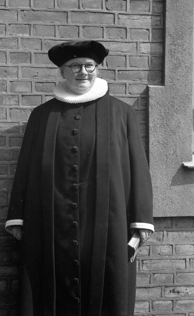 Edith Brenneche-Petersen fotograferet ved Skt. Knuds Kirke