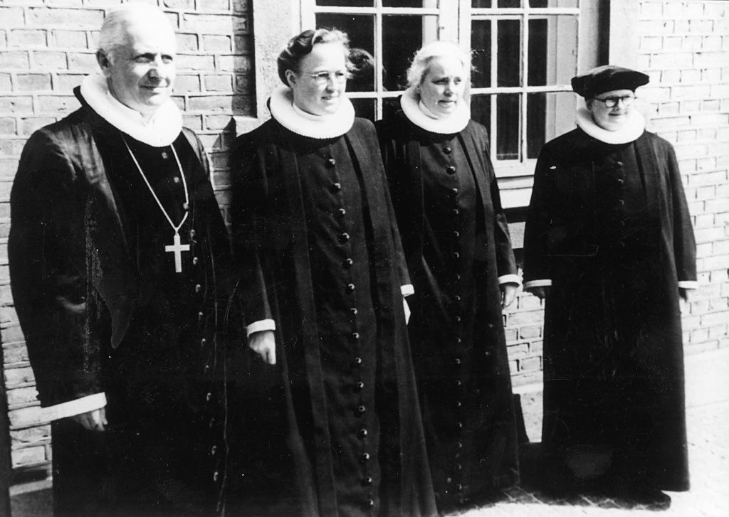 Biskop Hans Øllgaard med de tre første kvindelige præster: Johanne Andersen, Ruth Vermehren og Edith Brenneche-Petersen.