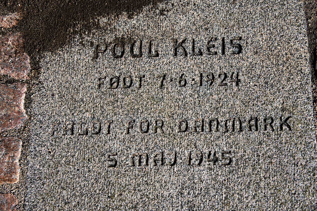Mindeplade i Eventyrhaven for Poul Kleis.