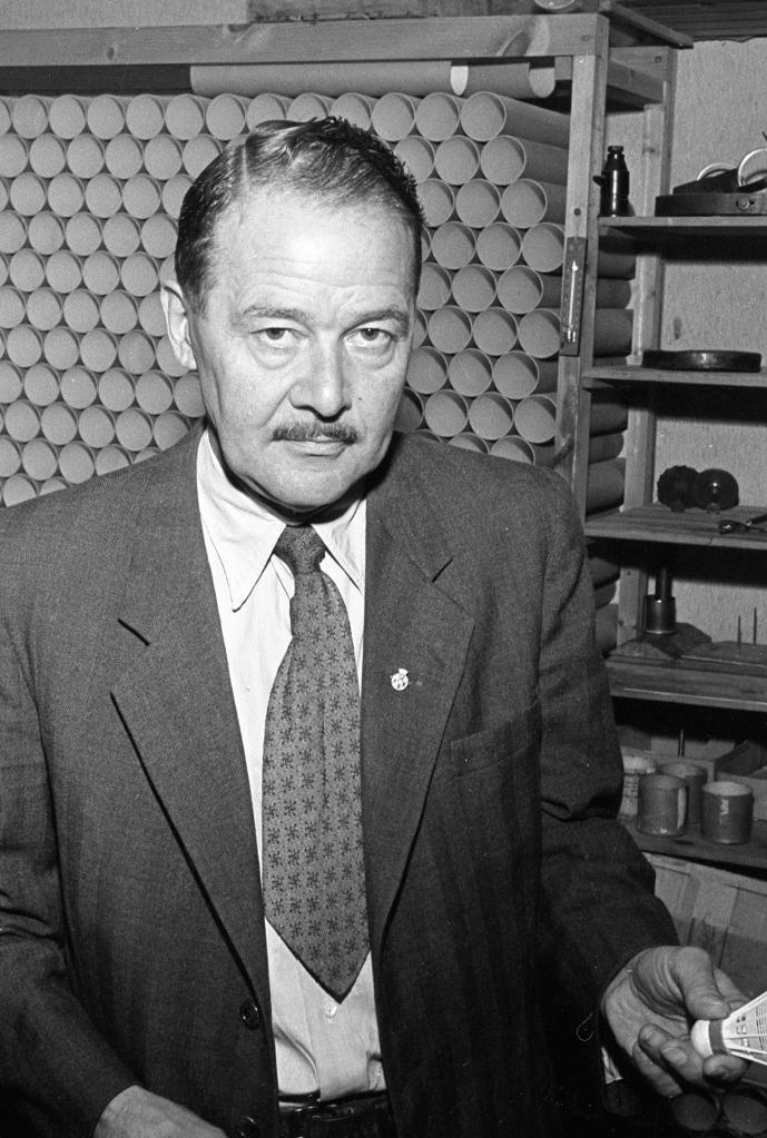 Aage Grønbæk i 1953 med den nye plastikbold.