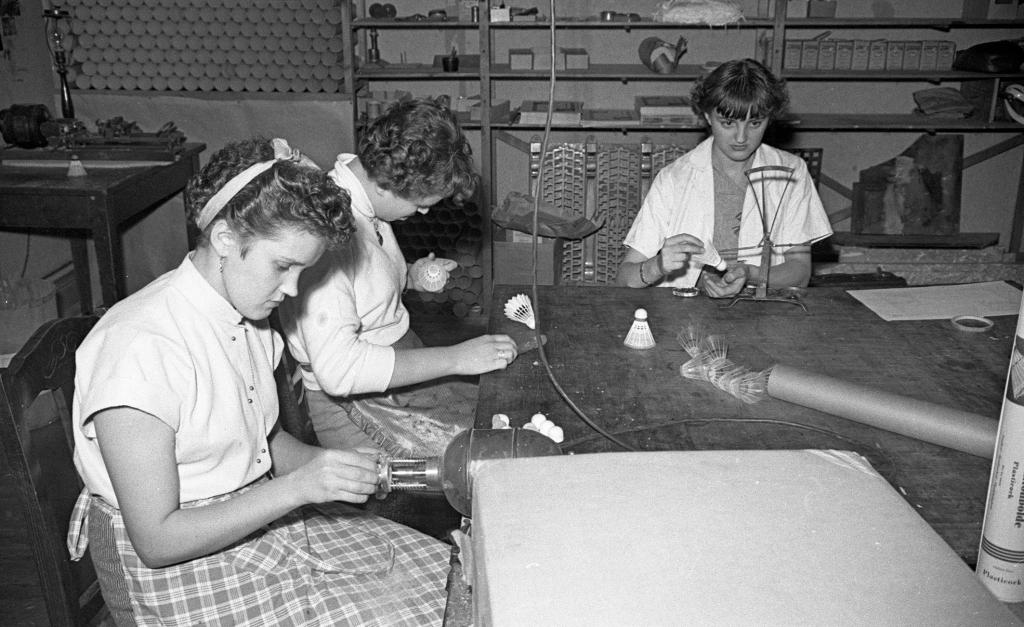 Tre piger laver plastikbolde på Odense Fjerbolde Fabrik, 1953.